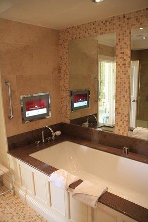 Dromoland Castle Hotel : Queen Anne Suite Bathroom