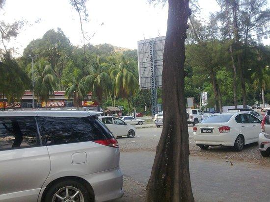 Teluk Chempedak: ample car park..