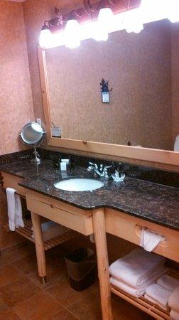 Best Western Premier The Lodge on Lake Detroit: Bathroom Sink