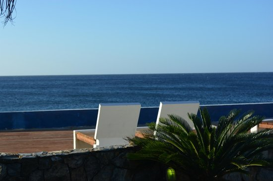 Lands End - Ocean Front Lodge: Loungers near the ocean