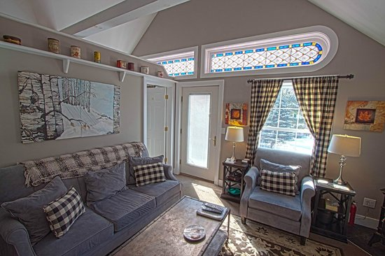 Phineas Swann Bed and Breakfast Inn: The stained glass in the Green Mountain Suite was recovered from a New York City church