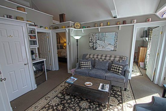 Phineas Swann Bed and Breakfast Inn : The Green Mountain Suite living room has a kitchenette and plenty of living area