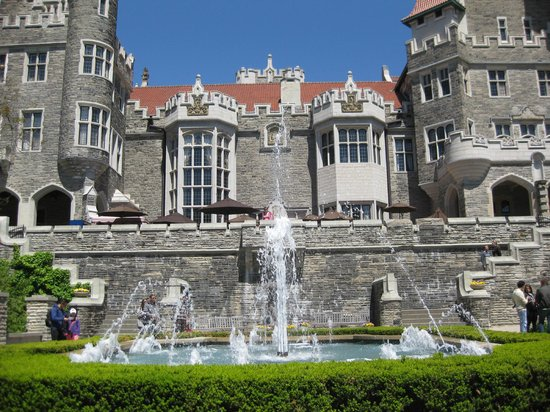 Casa Loma: Fountain in front of the castle