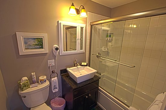 Phineas Swann Bed and Breakfast Inn : A modern bath in the Terrier Suite includes a jetted tub
