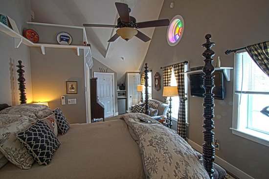 Phineas Swann Bed and Breakfast Inn: Ceiling fans and vaulted ceilings make the Terrier Suite seem huge