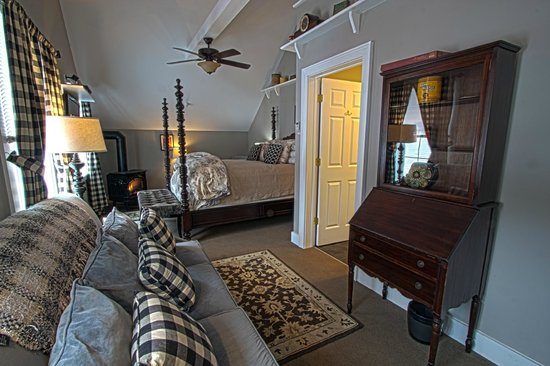 Phineas Swann Bed and Breakfast Inn : Antiques and a gas-log fireplace add charm to the Terrier Suite
