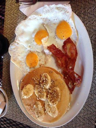 El Pancake House: Banana pancakes with eggs and bacon! YUMMMM!