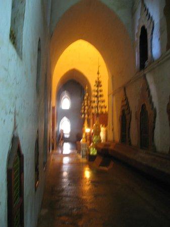 Tempel von Bagan: Niches inside Ananda Temple