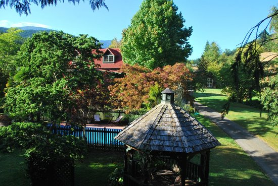 Retiro Park Lodge: View from the tree house towards the pool