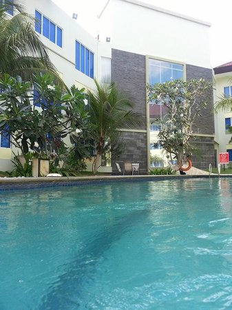 Aston Tanjung Pinang Hotel and Conference Center : beautiful pool & landscaping, trees & flowers in the area