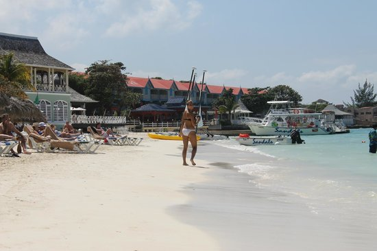 Sandals Montego Bay: Walking the beach