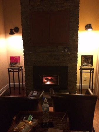 Galiano Oceanfront Inn and Spa: Wood burning fireplace