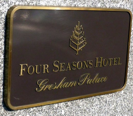 Four Seasons Hotel Gresham Palace: Four Seasons - sign