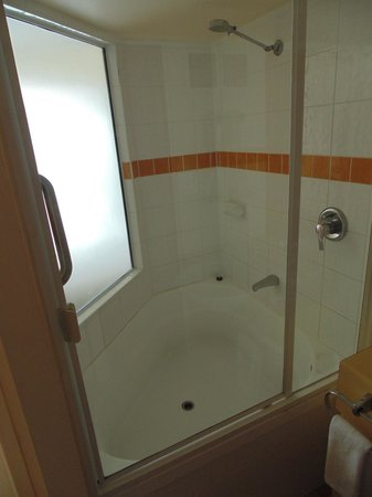 Breakfree Alexandra Beach Premier Resort: Don't be fooled. It's just a tub, no jets here!