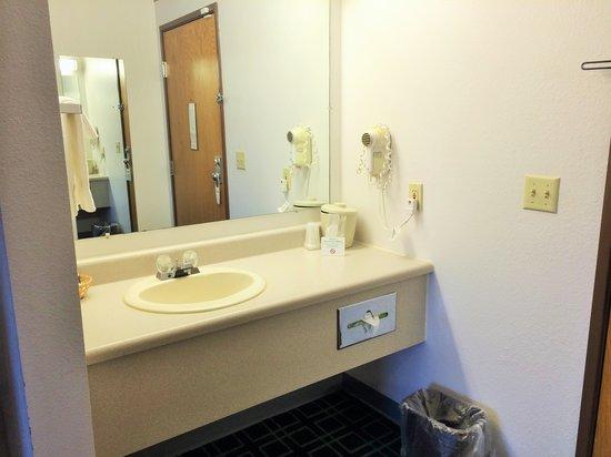 Mound View Inn: Guest Bathroom Vanity Area
