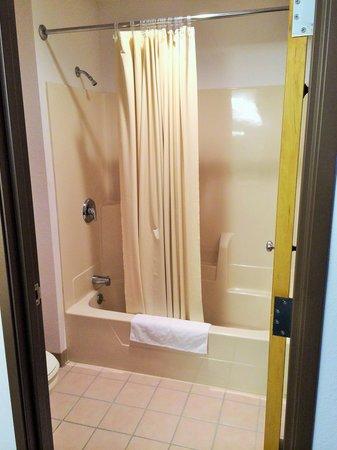 Mound View Inn: Guest Bathroom