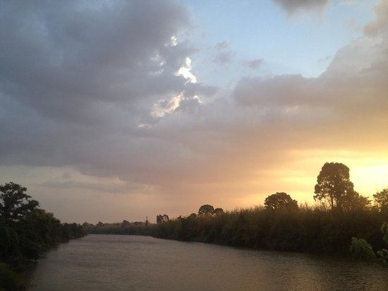 Green Bamboo Lodge : Sunset Over River