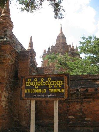 Htilominlo Pahto : Entrance to Htilo Minlo (White Umbrella) Temple