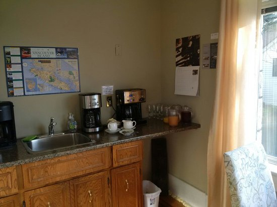 Dashwood Manor Seaside Bed and Breakfast Inn : The essential: COFFEE!
