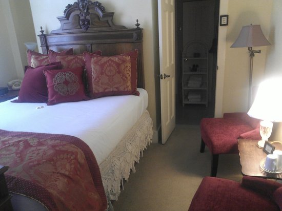 Carriage Way Bed & Breakfast: The Johnson Room