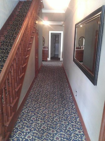 Carriage Way Bed & Breakfast : View of hallway upon entering Inn