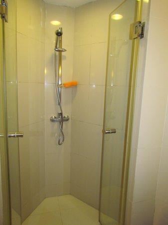 ibis Bangkok Nana: Отель ibis - номер, ванная комната