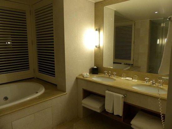 Pullman Reef Hotel Casino : Suite Bathroom