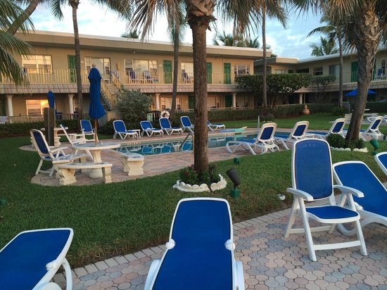 Tropic Seas Resort : Motel at daybreak