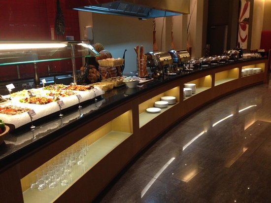 Ibis Mall Of The Emirates: Buffet aonde é servido almoço e café da manhã.