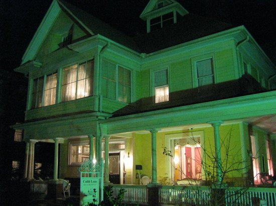Cobb Lane Bed & Breakfast: Cobb Lane exterior at night
