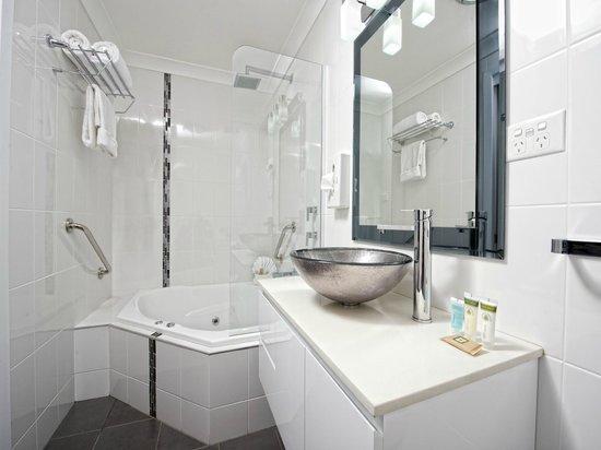 Dolphin Shores Hotel: Spa Suite Bathroom