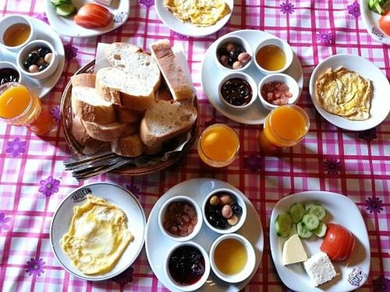 Akropolis Guest House: Breakfast. Simple and nice