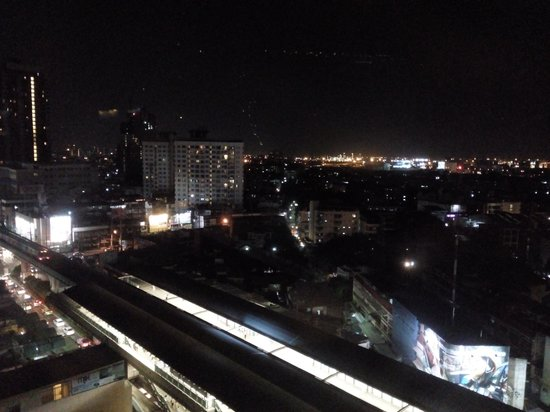 Jasmine Resort Hotel : Night view (BTS) from hotel room