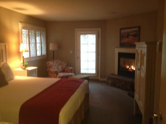 Cambria Pines Lodge : Bedroom of suite