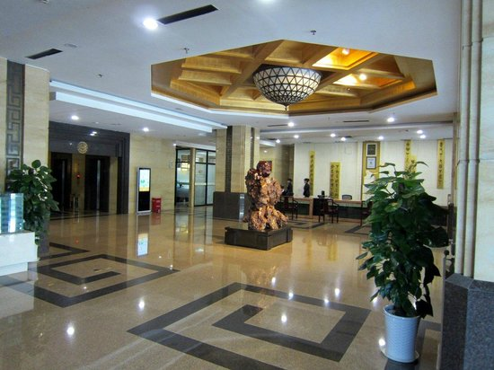 Baihui Hotel : Elaborate lobby with imposing carved wood statues.
