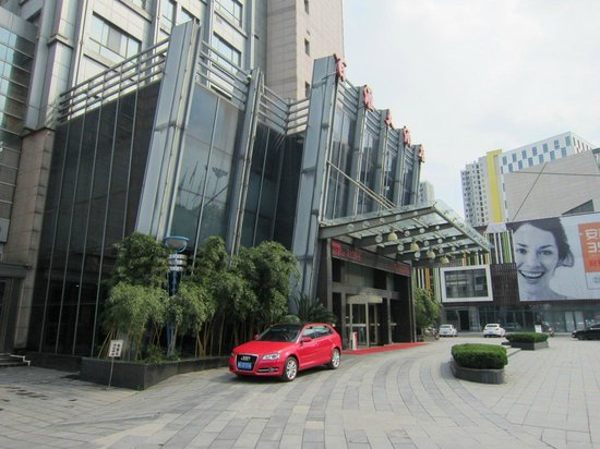 Baihui Hotel : From the outside. Shopping center next door.