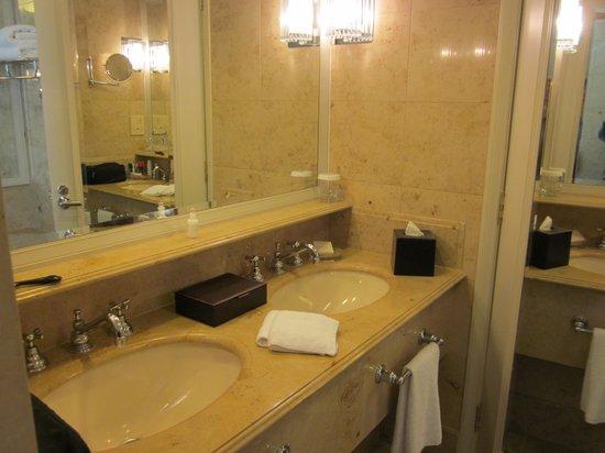The Langham, Melbourne: double vanity in bath