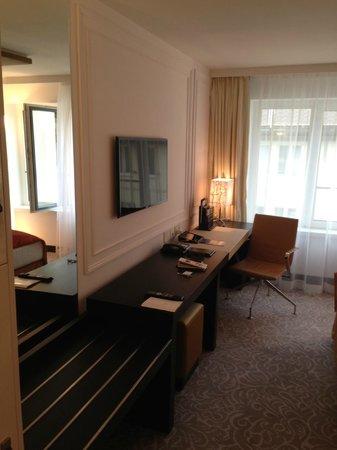 Hotel Vier Jahreszeiten Kempinski Munchen: Stationary and led TV