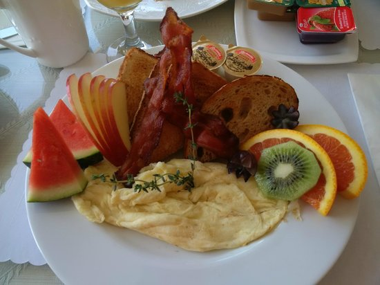 Dashwood Manor Seaside Bed and Breakfast Inn: Breakfast that'll last till dinner