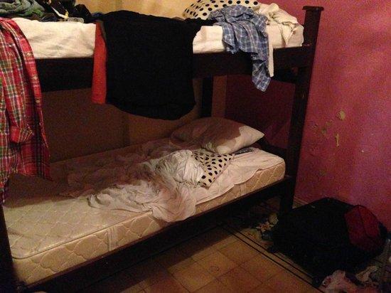 Casa Francheska: Mi habitacion, sin limpieza a las 8pm cuando volvi de la playa. Pagamos por limpieza diaria...