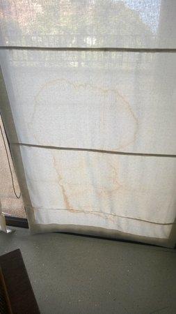 Paresa Resort Phuket: Stained bathroom curtains