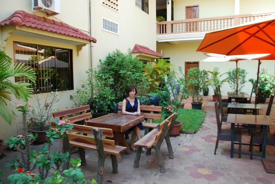 Check Inn Siem Reap: The courtyard also used as dining area
