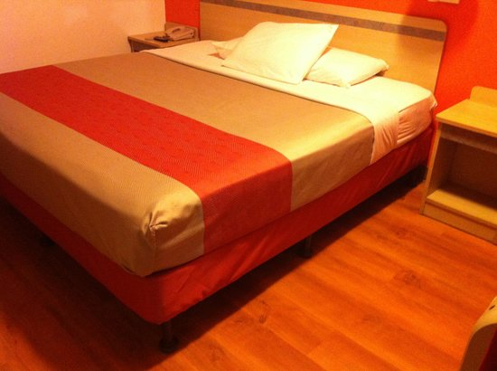 Motel 6 York : Remodeled Motel 6 bed that looks like remodeled Red Roof bed. Very thin sheets