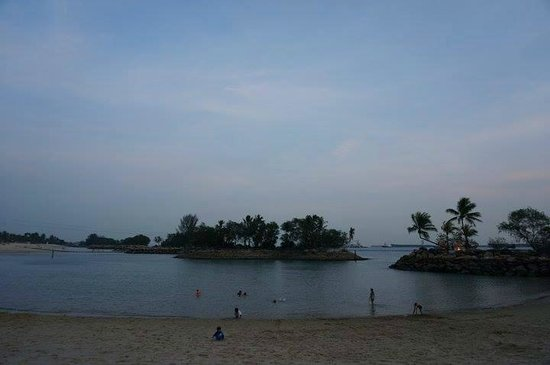 Shangri-La's Rasa Sentosa Resort & Spa : the beach near the hotel