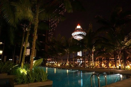 Crowne Plaza Changi Airport: can see the sky control tower from swimming pool