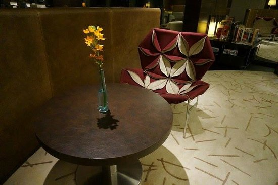 Crowne Plaza Changi Airport: club lounge very special chair