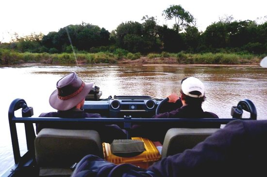 African Safari Guru : Adventure on safari as we make our through the Sand River, Sabie Sands, South Africa
