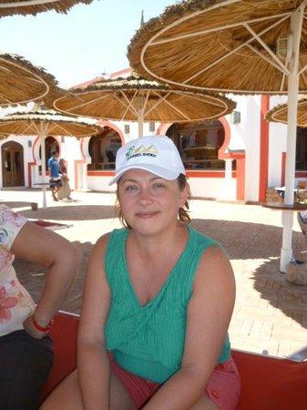 Domina Hotel & Resort Harem: Пляжная зона рядом с рестораном и бассейном