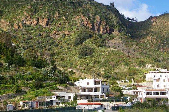 B&B Il Cappero: hinter dem Haus erheben sich schon die liparischen Berge