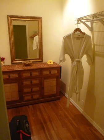 Ka'awa Loa Plantation: fancy bathrobes